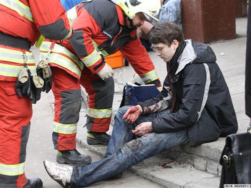 一名男子在爆炸中受伤,仍惊魂未定