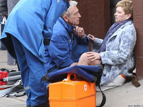 医护人员和爆炸在场者交流