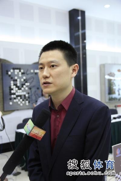 图文:春兰杯八强抽签 孔杰战胜崔哲瀚接受采访