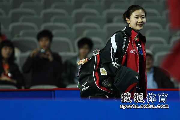 虽然比赛失利 但福原爱还是微笑着走出赛场