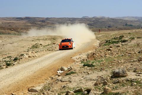图为FCACA车队在约旦站的砂石路上进行官方测试