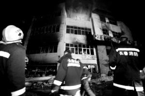 到今日凌晨,天元商厦大火仍在燃烧 ■赵禹/摄