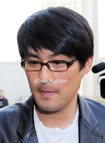 已故明星崔真实的前丈夫赵成珉一脸愁容前来吊唁