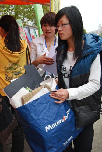 浙江师范大学美术协会开展废旧物品回收活动