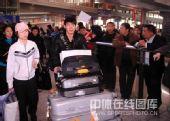图文:中国花滑队载誉归来 张昊推着行李车