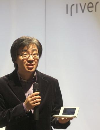 艾利和公司中国地区销售总监裴汉澈先生展示最新的D8电子词典