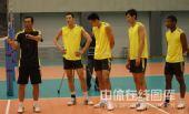图文:中国男排首次公开训练 丁慧聆听指导