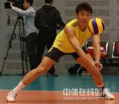 图文:中国男排首次公开训练 崔建军在训练中