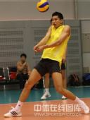 图文:中国男排首次公开训练 徐静涛在训练中
