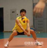 图文:中国男排首次公开训练 梁春龙在训练中