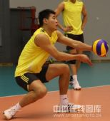 图文:中国男排首次公开训练 陈平在训练中