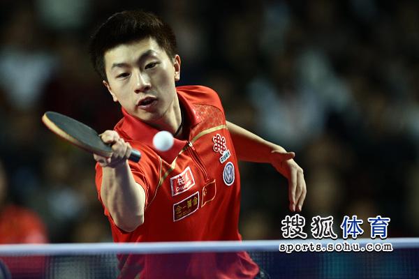图文:乒乓球精英赛男单决赛 马龙正手接球
