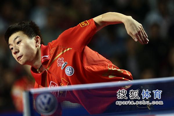 图文:乒乓球精英赛男单决赛 马龙表情专注