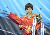 图文:精英赛颁奖仪式现场 刘诗雯手捧奖杯