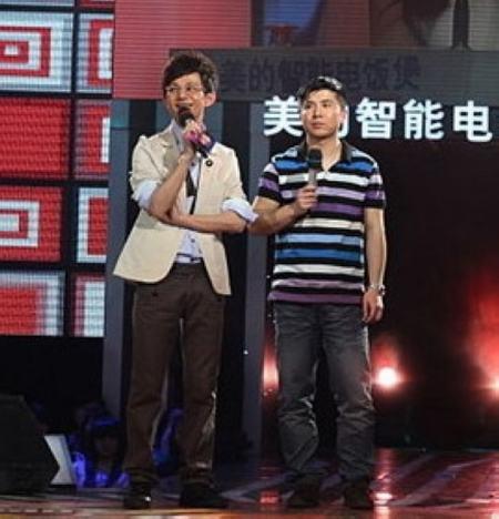 """""""我们约会吧""""主持人何炅(左)与男嘉宾"""