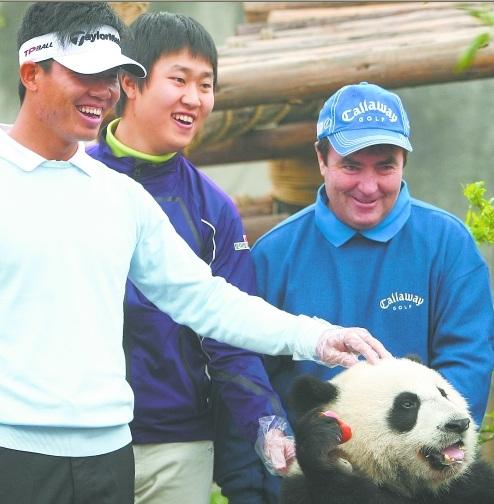 参赛选手希望大熊猫能给自己带来好运 杨刚 摄