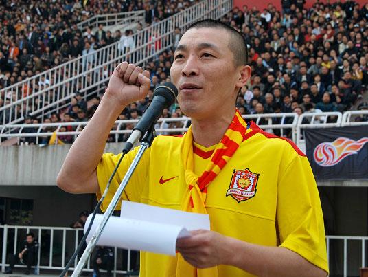 图文:[中超]陕西1-1大连 铁哨子代表球迷宣誓