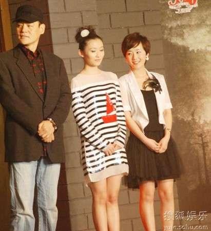 张舒羽(右一)出席《首望者》发布会