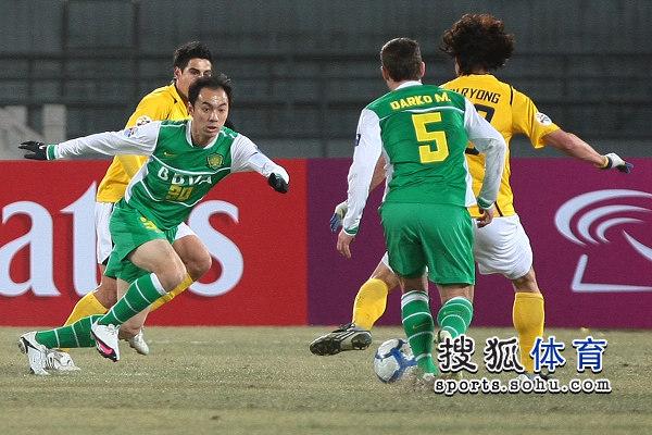 图文:[亚冠]国安0-1城南 张永海防守