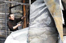 工人正在拆除天元商厦楼体广告牌 本报记者 白桄 摄