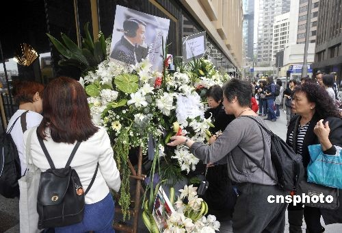 四月一日,是张国荣离世六周年,各地歌迷在香港中环文华酒店外围,放置鲜花向一代巨星追思。图为歌迷在现场布置整理鲜花。 中新社发 邓庆乐 摄