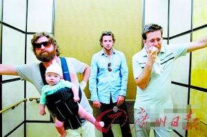 《宿醉》剧照,三个男主演和一个婴儿的搭配引发出一系列荒诞幽默的情节