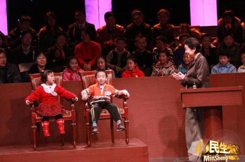 """倪萍现场采访两位小嘉宾时,小男孩现场爆出""""是他们逼我学英语的"""""""