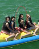 奥多姆娇妻四姐妹春游 乘香蕉船比基尼诱惑(图)