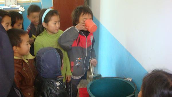 学生每天排队等水(每天两杯饮用水).
