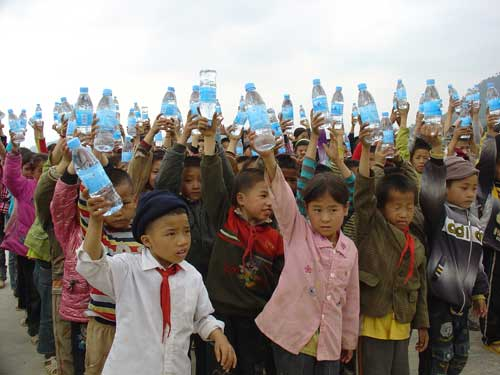 孩子们喜领爱心水