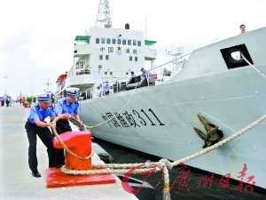 水手解开缆绳,中国渔政311号驶向南海。