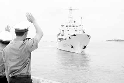 """赴南沙巡航护渔,南海区渔政局""""中国渔政311""""船三亚起航。 程刚摄"""