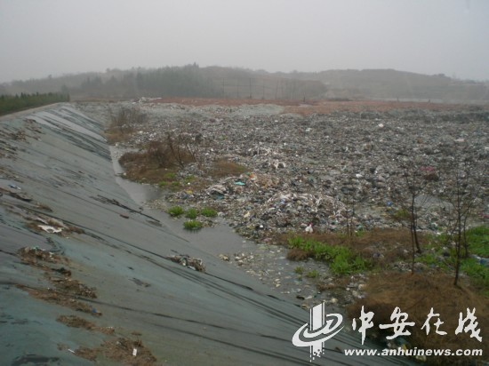 �r,_垃圾填埋场内,渗沥液已经积聚很多