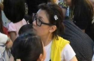 贾静雯素颜现身带女儿游玩