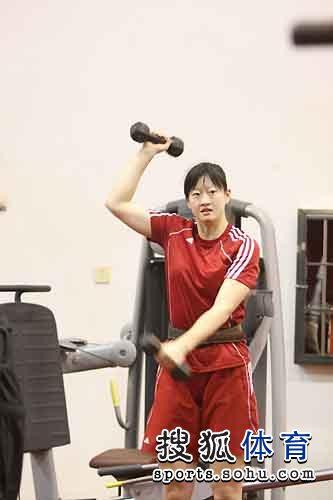 图文:女排集训王宝泉亲自上阵 陈丽怡练习器械