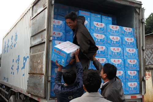 装满饮用水的货车