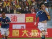 图文:[中甲]广州3-1北理工 郜林亲吻球衣