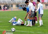 图文:[中超]南昌1-2上海 队员受伤倒地