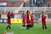 图文:[中超]南昌1-2上海 队员感谢球迷支持