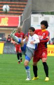 图文:[中超]南昌1-2上海 阿里迪亚比争盯