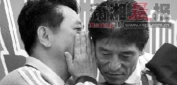 北理工主教练金志扬在李章洙耳边低语,不知是否是在向对方祝贺。