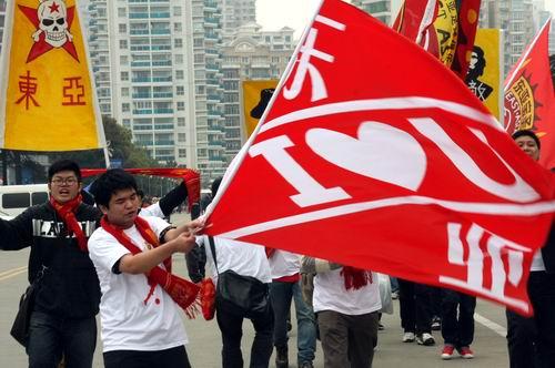 图文:[中甲]东亚2-0日之泉 球迷大旗飘