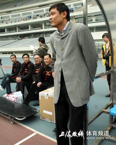 图文:[中甲]东亚2-0日之泉 范志毅站立