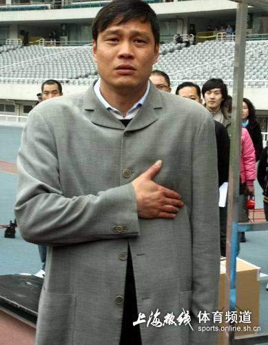 图文:[中甲]东亚2-0日之泉 范志毅西装革履