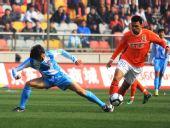 图文:[中超]天津1-1山东 安塔尔带球进攻