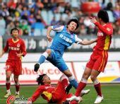 图文:[中超]江苏1-2长春 奋力争顶头球