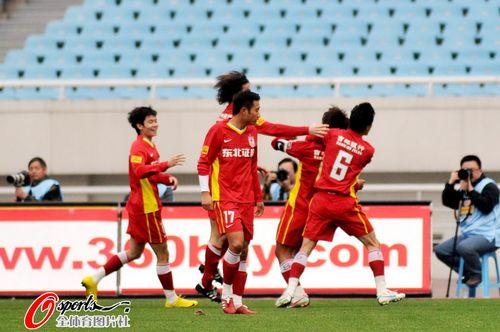 图文:[中超]江苏1-2长春 长春众将庆祝进球