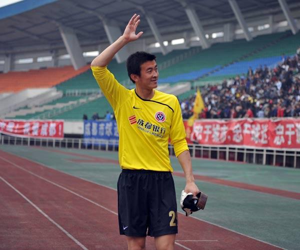 图文:[中甲]成都3-0南京登顶 宋振瑜挥手致谢