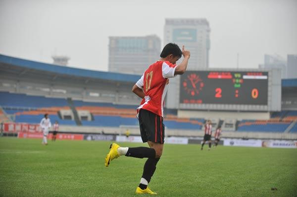 图文:[中甲]成都3-0南京登顶 张远一指擎天