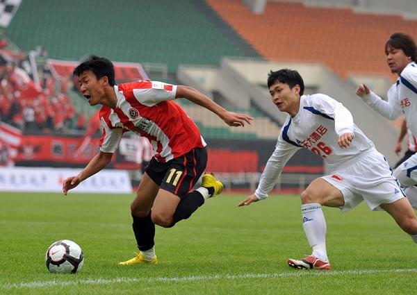 图文:[中甲]成都3-0南京登顶 张远风驰电掣